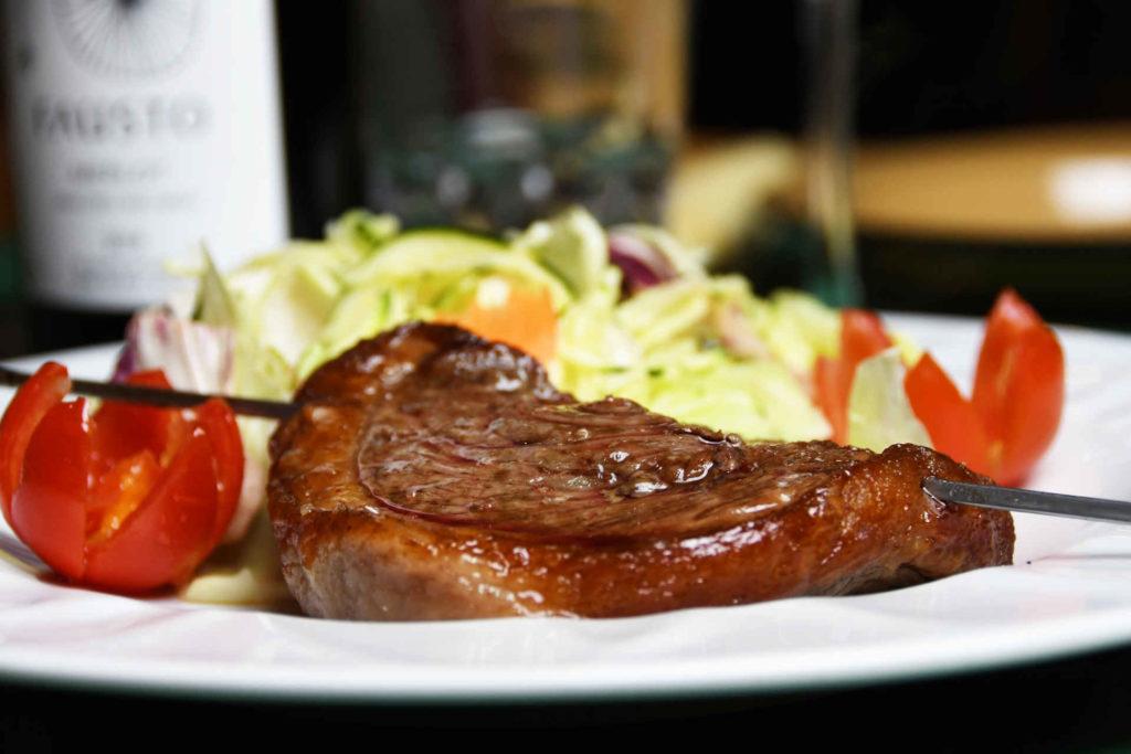 Ristorante Brasiliano Torino - Ritual Brasilero - carne con contorno di insalata e pomodori